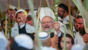 Worshipers praying at the Maarah with their lulavs on sukkot
