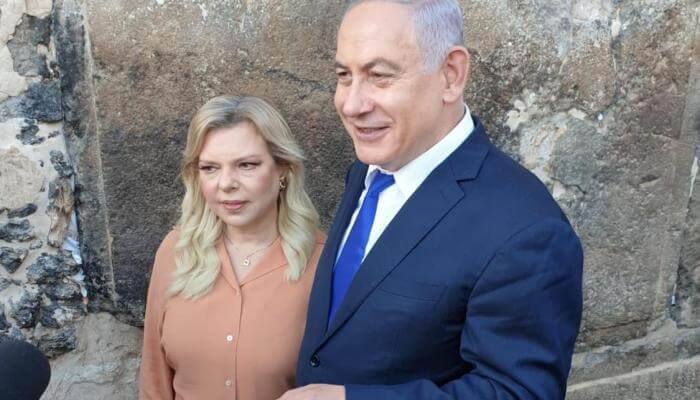 Benjamin and Sara Netanyahu outside the Herodian walls of the Tomb of the Patriarchs complex in Hebron, Sep. 4, 2019. Credit: Prime Minister's Office